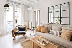 Eine der einfachsten und gleichzeitig effektvollsten Möglichkeiten eine weiße Wand zu dekorieren, is... - homify / Nice home barcelona #Deko #Wohnzimmer #Spiegel