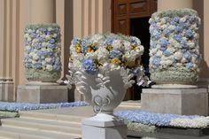 Maestose ed eleganti composizioni floreali attendono l' ingresso della sposa .