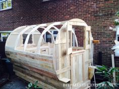 Caravan made with pallet planks Pallet Furniture Tutorial, Pallet House, Gypsy Caravan, Garden Bridge, Outdoor Structures, Planks, Diy Pallet, Camper Van, Boards