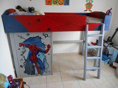 Lit en bois sur le thème de super héros. dimension 200x90 cm, hauteur du couchage 120cm.
