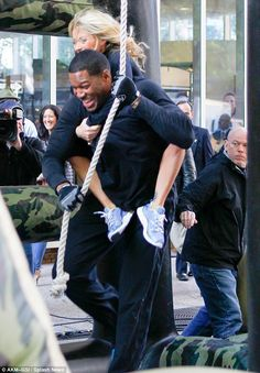 Kelly Ripa and Michael Strahan ~ obstacle course