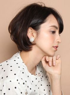 女性らしい丸みと清潔感のあるショートスタイルです!!小顔効果のあるひし形シルエットを意識してカットしていきます。表面はスライドカットとレイヤーでボリュームと柔らかさをだします。後頭部は丸みをだして襟足はボリュームを抑えます。直毛の方はワンカールのパーマをかけるとより素敵なスタイルになります。