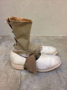 CHEREVICHKIOTVICHKI http://www.lenastore.it/shop/abbigliamento/cherevichkiotvichki-victoria-andrejeva/scarpa-derby-pelle-sabbia-invecchiata-con-ghette/