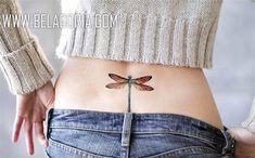 Vemos la cadera de una mujer de espaldas, lleva en la baja espalda el tatuaje de una libélula a color