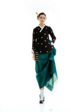 Hanbok, Korean Traditional Dress Korean Traditional Dress, Traditional Fashion, Traditional Dresses, Ethnic Fashion, Asian Fashion, High Fashion, Korean Dress, Korean Outfits, Modern Hanbok