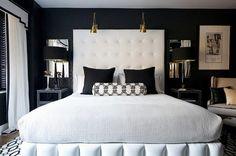 tête de lit design sophistiqué, coussins décoratifs et lampes à bras articulés