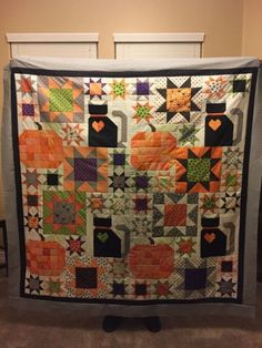 Lori Holt's Picnic Quilt (layout) with the simple star and pumpkin blocks from Farm Girl Vintage book plus her cat pattern with a Halloween Twist Halloween Quilts, Halloween Quilt Patterns, Halloween Sewing, Fall Sewing, Vintage Halloween, Halloween Fun, Halloween Runner, Cat Quilt Patterns, Halloween Fabric
