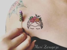 ▷ 1001 + Ideen und Bilder zum Thema Tattoos Frauen a hand with a small violet flower, a fra mitr a small tattoo with a woman with black eyes and nblumen and green leaves Mini Tattoos, Dream Tattoos, Body Art Tattoos, Small Tattoos, Tatoos, Frida Tattoo, Frida Kahlo Tattoos, Sewing Tattoos, Tattoo Designs