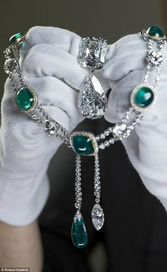 Cullinan diamond III and IV Brooch,  and the Delhi Durbar Necklace and Cullinan Pendant,