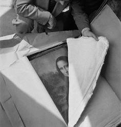 Em 1938, a ameaça de guerra provocou uma evacuação em grande escala da coleção de artes públicas da França. Consequentemente, a Mona Lisa havia deixado o Museu do Louvre em 1939, mas como se vê nesta foto, foi trazida de volta - sã e salva - ao seu legítimo lugar após o fim da guerra.