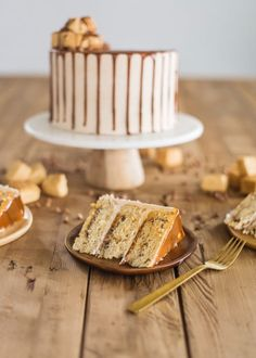 The most delicious Churro Cake made up of a cinnamon swirl cake layers, cinnamon chip ganache and fluffy cinnamon buttercream. Cinnamon Swirl Cake, Cinnamon Chips, Köstliche Desserts, Delicious Desserts, Dessert Recipes, Churros, Flan, Churro Cake, Yummy Treats