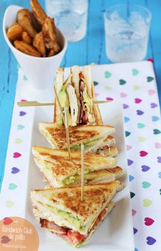 Chicken Club sandwich, step by step recipe - comida - Sandwiches Tapas, I Love Food, Good Food, Yummy Food, Wrap Sandwiches, Food Porn, Food And Drink, Cooking Recipes, Favorite Recipes