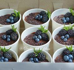 """#птичьемолоко такое разное, но всегда одинаково вкусное! Набор трайфлов """"Птичье молоко"""". Порционные десерты в стаканчике) Пора обзаводится третьим и четвёртым холодильником Как же не хочется работать Как же хочется обратно загород ⛱ #трайфл #десерт #торт #тортик #sweet #desserts #delish #cake"""