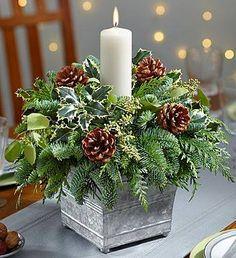 kerststuk met natuurlijke materialen, veel verschillend groen en dennenappels gebruiken.