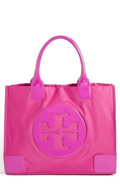 Love this Tory burch hot pink bag! Tory Burch, Estilo Fashion, Beautiful Bags, My Bags, Fashion Bags, Fashion Shoes, Purses And Handbags, Pretty In Pink, Pink And Green