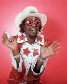 """Legendary deejay Donnie Simpson interviews Bootsy Collins on TV show Video Soul in """"I come equipped with stereophonic funk producin´ disco inducin´ twin magnetic rock receptors. Jimi Hendrix Poster, Afro, Bootsy Collins, Parliament Funkadelic, George Clinton, Vintage Black Glamour, Dangerous Minds, Old School Music, I Love Music"""