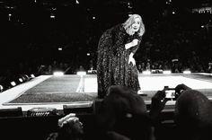 Sonntag, 08.05., 21.30 Uhr – Friedrichshain, Mercedes-Benz-Arena: Falls es bei Adele musikalisch nicht mehr laufen sollte (was ja nie passieren wird), dann kann sie als Talkmasterin ihre Likes einfahren. Herzzerreißend die Musik, wahnsinnig lustig ihre Ansagen. © Matze Hielscher