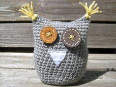 amigurumi cinza de crochê Crochet Owls, Love Crochet, Crochet Crafts, Crochet Yarn, Yarn Crafts, Single Crochet, Beginner Crochet Tutorial, Beginner Crochet Projects, Crochet For Beginners