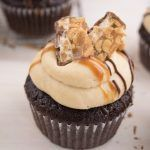 Caramellige Snickers Cupcakes