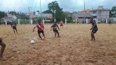 A imagem pode conter: uma ou mais pessoas, pessoas praticando esportes, pessoas em pé, céu, shorts, atividades ao ar livre e natureza