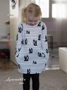 Taskumekko Pupujemmasta / Pocketdress with bunnies Stretch Fabric, Girl Outfits, Sewing, Diy, Clothes, Fashion, Patterns, Tricot, Bebe
