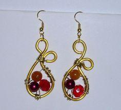 Orecchini tecnica wire con perle rosse.