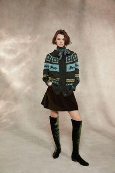 Guarda la sfilata di moda Alberta Ferretti a Milano e scopri la collezione di abiti e accessori per la stagione Pre-Collezioni Autunno-Inverno 2018-19.