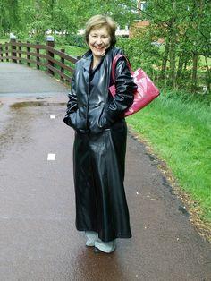 Long Leather Coat, Leather Trench Coat, Black Leather, Trent Coat, Rubber Raincoats, Pvc Raincoat, Rain Wear, Vintage Leather, Women Wear