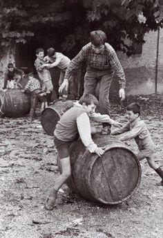 S. Paolo d'Argon (Bergamo), 1966: i giochi della vendemmia.  Pepi Merisio   #TuscanyAgriturismoGiratola