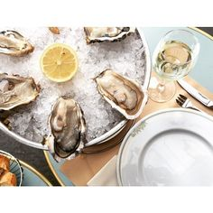 Casual light lunch at La Mascotte, with Fines de Claire oysters. Nice brasserie with a classical charme and a strong focus on sea-food and oysters, La Mascotte is a safe choice #paris #paris18 #parisjetaime #montmartre #huitres #oysters #brasserie #lunch #monday #instafood #food #foodie #foodporn #nommom #eeeeeats #foodgasm #lecker #whitewine #lefooding @lefooding
