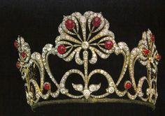 La tiara y los rubies cabouchon.