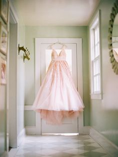 Photography: Katie Stoops Photography - katiestoops.com  Read More: http://www.stylemepretty.com/2014/12/16/romantic-southern-cottage-wedding/