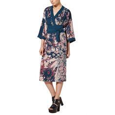 Abito a kimono in crêpe animato da una stampa all over, con maniche al gomito e scollo a V profondo effetto portafoglio. Vestibilità morbida, lunghezza midi,…