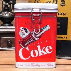 アメリカン雑貨の王道コカコーラデザインのお洒落な小物を収納できるキャニスター缶です。キッチンの小物入れとしてはもちろん、キャンディなど包装されたお菓子を入れたり、お部屋の小物をお洒落にまとめる、使い勝手のよいインテリアアイテムとしても重宝します。※アメリカ直輸入品ですので、小さな傷や凹みがある場合があります。サイズ:縦106×横106×高さ165mm(約)素材:ブリキ製