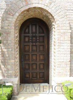 Deep Spanish influences are present in our Puerta Montesario single exterior door.