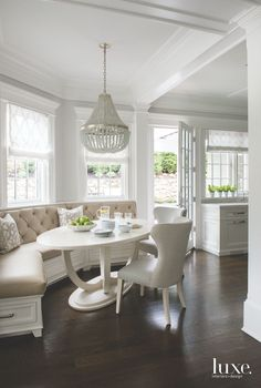 Another breakfast nook window seat with Roman shaded windows. (No to the chandelier-table-chairs! Kitchen Booths, Kitchen Seating, Kitchen Benches, Kitchen Banquette Ideas, Built In Dining Room Seating, Corner Breakfast Nooks, Corner Nook, Kitchen With Breakfast Nook, Breakfast Nook Bench