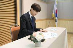 Le Min Hoo, Park Shin Hye, Minho, Lee Min, Korean Actors, Guilty Pleasure, Twitter, Male Models, Charity