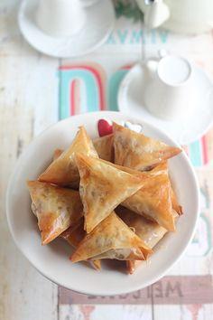 Je vous livre ma version simplifiée de la samoussa. Une recette à base de fines couches de pâte à filo légères farcies d'une crème de nois...