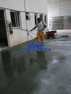 Aplicação do Endurecedor de superfície como acabamento em piso de concreto polido