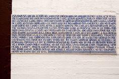 Tipografía Galega - Placa adicada a Castelao  na fábrica de Ceramicas do Castro (Grupo Sargadelos) no concello de Sada, uso dunha tipografía stencil