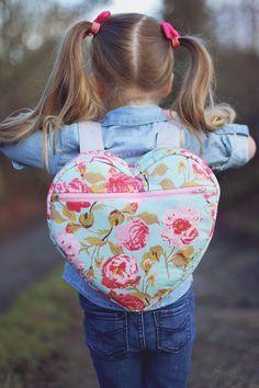 Kumaştan sırt çantası yapımı aşamalarından bahsedeceğiz bugün. Bu çantaya kızlarınız bayılacak. Tüm cimcimelerin hoşuna gidecek bu kalp sırt çanta yapılışı
