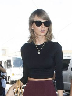Taylor Swift in RayBan Wayfarer Sunglasses www.foursunnies.com Runway Fashion, Fashion Tips, Fashion Trends, Wayfarer Sunglasses, Katy Perry, Taylor Swift, Ray Bans, Celebrity Style, Casual Outfits