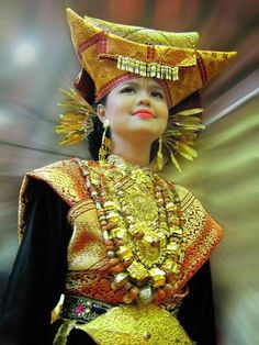 Minangkabau woman of Sumatra, Indonesia, wearing the traditional 'horned' headdress. They form the largest matrilineal culture in the world with property passing from mother to daughter. We Are The World, People Around The World, Traditional Fashion, Traditional Dresses, Traditional House, Minangkabau, Bali, Costumes Around The World, Ethnic Dress