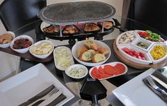 Raclette Dinner Party (twist on fondue.) Raclette Dinner Party (twist on fondue. Raclette Party, Fondue Party, Great Recipes, Favorite Recipes, Recipe Ideas, Raclette Originale, Grill Dessert, Dinner Party Recipes, Gourmet