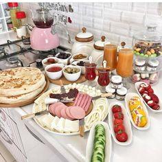 Günaydın canlar kahvaltı yapmak istediğiniz arkadaşlarınızı etiketleyebilirsiniz 😍 Sunum👉👉@pembissunumlarim 🌹 Breakfast Presentation, Food Presentation, Turkish Breakfast, Hotel Breakfast, Brunch Table, Food Platters, Time To Eat, Turkish Recipes, Iftar