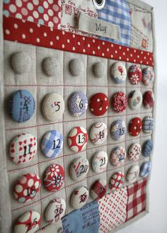 Fabric Calendar {I love that you can reuse this yearly! :)} Could you do this as an Advent Calendar? Calendrier Diy, Craft Projects, Sewing Projects, Calendar Girls, Diy Calendar, Advent Calendar, Diy And Crafts, Arts And Crafts, Sewing Rooms
