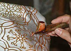 Batik Techniques: Applying wax by hand to fabric Fabric Painting, Fabric Art, Fabric Design, Shibori, Textile Patterns, Textile Art, Eclectic Fabric, Batik Art, Batik Fashion