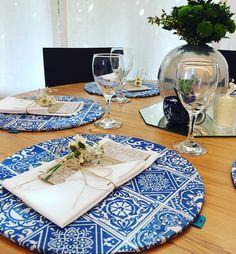 Estampa de Sousplat 704 Home exclusiva para o noivado e Save the date personalizado. Centros de mesa escolhidos através de curadoria dos objetos de família.