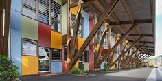 Cores vibrantes marcam fachada de escola infantil francesa