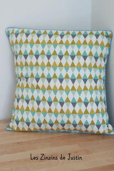 housse de coussin motif losange/triangle géometrique tons jaune moutarde, bleu et gris